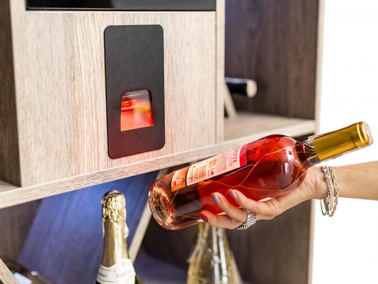Interaktywny regał na wino