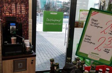 Kącik kawowy w sklepie spożywczym – Delikatesy Centrum w Jodłowniku.