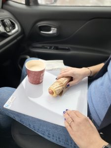 taca na posiłki do samochodu